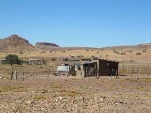 Afrikanskt familjehus i öknen