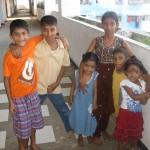 Glada små lekande barn