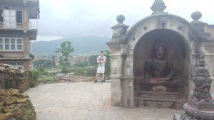 Buddha staty i utkanten av staden