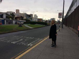 Matilda väntar på bussen. Det finns inga riktiga busstationer så ibland gäller det att stå mitt i vägen och hoppas på att bussen kommer.