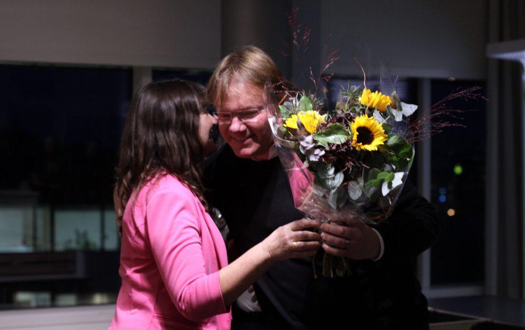 Mikael Spång, ny professor fick blommor av dekan Rebecka Lettevall.