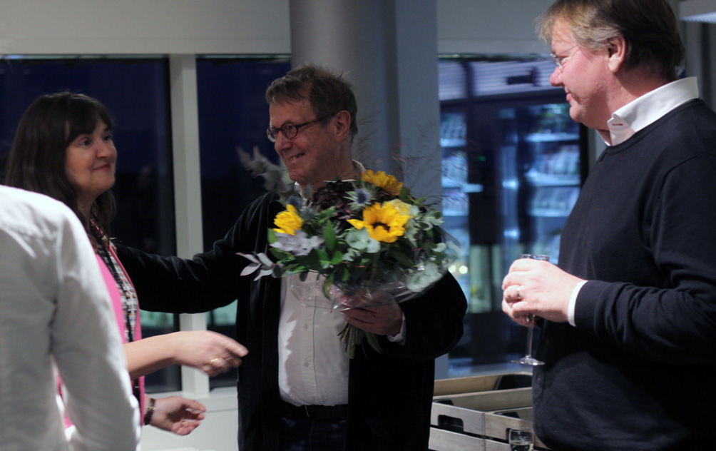 Stig Westerdahl, ny professor, fick blommor av dekan Rebecka Lettevall.